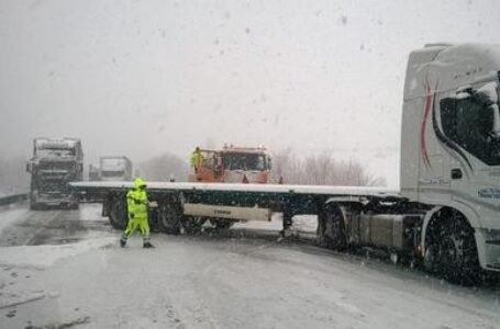 Tir di traverso sulla Potenza-Melfi durante una nevicata